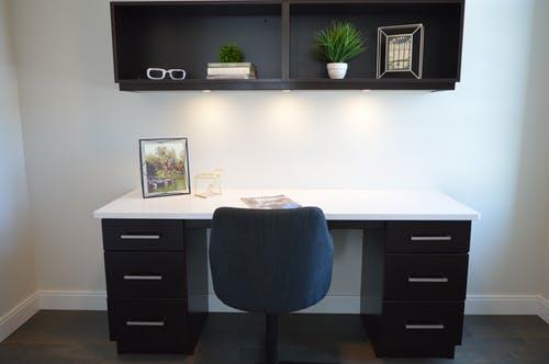 Ergonomisk kontorstol i blå