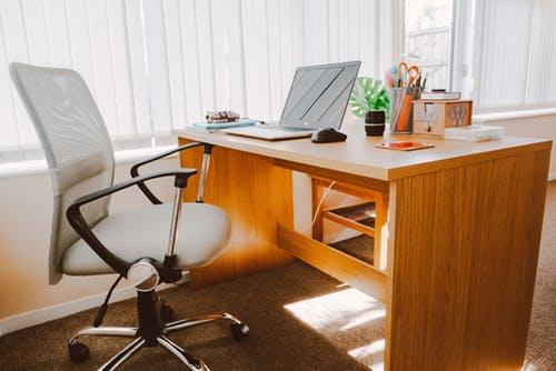 Ergonomisk kontorstol i brun