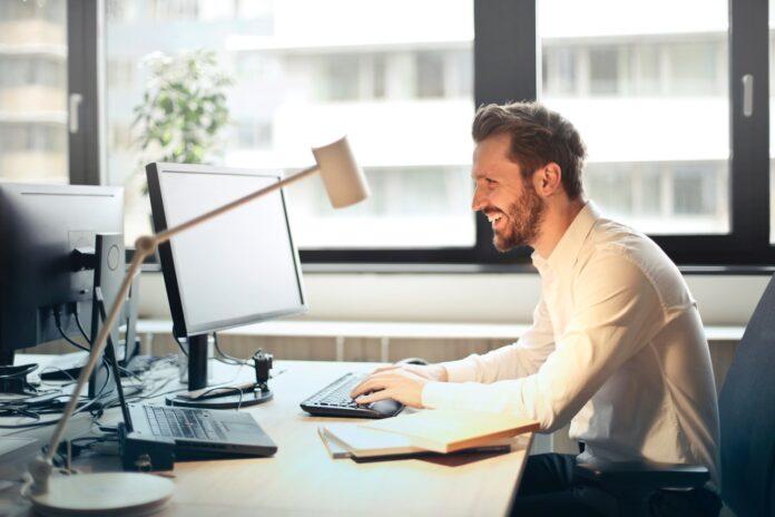 glad mand på kontor